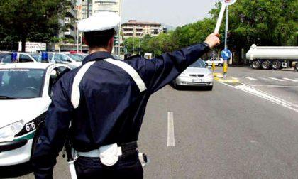Uomo seminudo con bastone danneggia le lampade in via Vanoni e assale vigilessa: arrestato