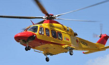 Brutta caduta in quota per un biker, soccorso con l'elicottero