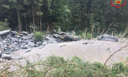 Crollato un ponte, ottanta persone bloccate