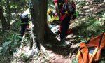 Esce per cercare funghi con il figlio e cade: morta una donna