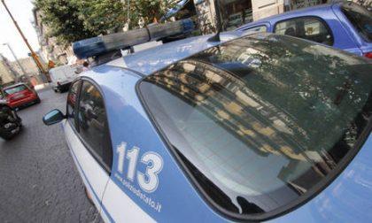 Infastidisce persone al bar e si scaglia contro i poliziotti: arrestato