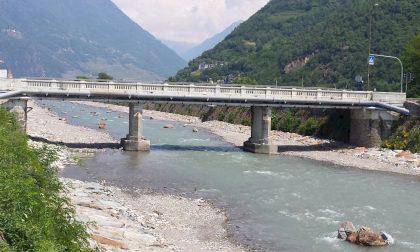 Villa di Tirano, i bus passano sul ponte vietato ai mezzi