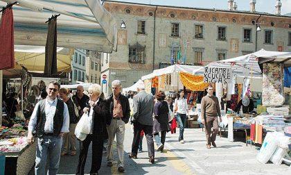 Palpeggia donne al mercato, preso