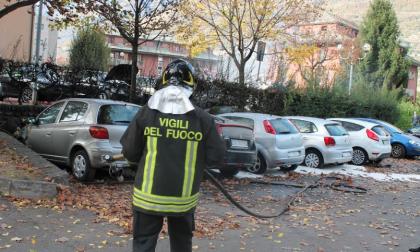 Auto in fiamme nel parcheggio, la Polizia indaga - FOTO