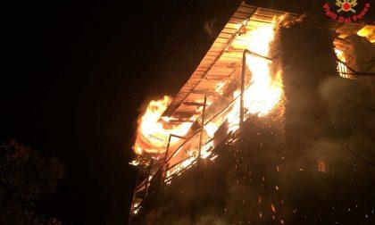 Le brucia la casa, anziana si getta dal solaio per salvarsi - LE FOTO