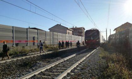 Tragedia in stazione donna si toglie la vita sotto il treno Milano-Tirano