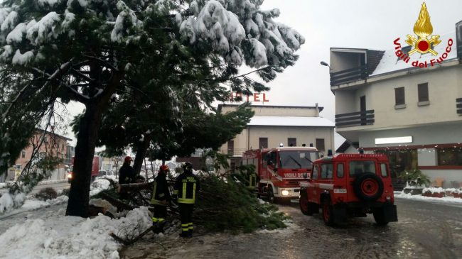 Emergenza neve: i pompieri in azione a Colico