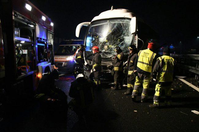 Incidente sull'A8 Milano-Varese: autobus con turisti contro guardrail, traffico in tilt