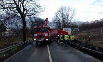 Tir si ribalta a Bianzone: bloccata la Ss38