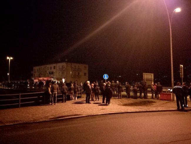 In centinaia a Morbegno per assistere al passaggio del trasporto eccezionale FOTO VIDEO