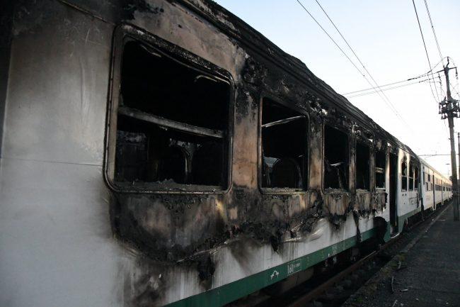 Tentavano di dare fuoco ai treni: immagini choc  FOTO E VIDEO