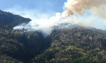 Incendio a Grosio, brucia ancora la montagna