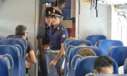 In mezzo ai binari per fermare il treno, delirio in stazione