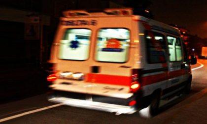 Automobile fuori strada finisce contro una pianta, due giovani all'ospedale