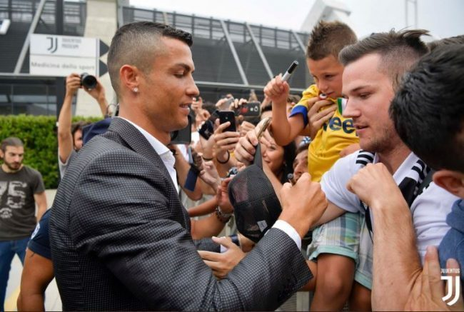 RONALDO, L'abbraccio coi tifosi della Juve al JMedical