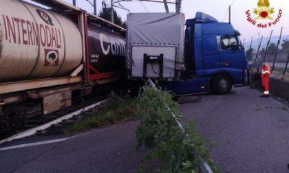 Treno merci finisce contro tir