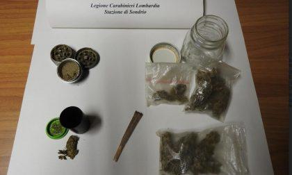 Fuma uno spinello in faccia ai Carabinieri, valtellinese nei guai
