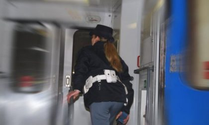 Viaggiatori senza biglietto provocano caos sul treno