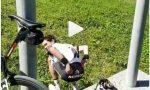 """Lo Stelvio da ridere, Dumoulin torna sullo """"stop"""" forzato da problemi intestinali VIDEO"""