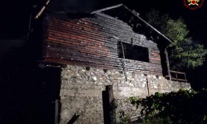 Incendio distrugge uno stabile a Piateda