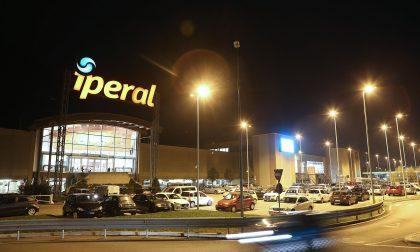 Riaprire i negozi dei centri commerciali nei weekend, la protesta anche in Valle