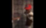 In pizzeria deodorante spruzzato su lavoratori di colore VIDEO