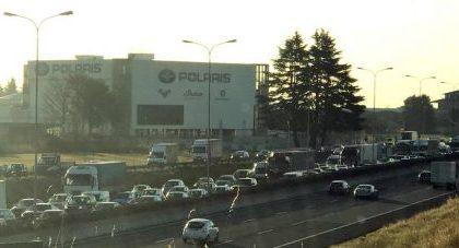 Cisterna ribaltata sulla Statale 36: traffico in tilt