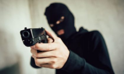 Padre e figlia rapinati e malmenati in casa, terrore a Colico