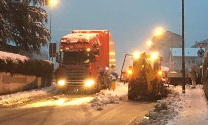 Bilico bloccato nella rotonda per la neve a Sondrio