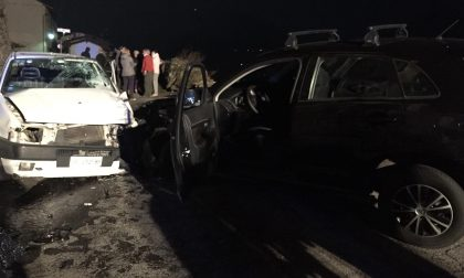 Spaventoso incidente frontale tra due auto