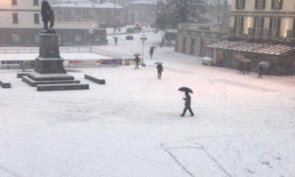 Sulla neve in piazza spunta un enorme disegno osceno