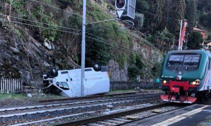 Furgone vola da un tornante e finisce sulla ferrovia