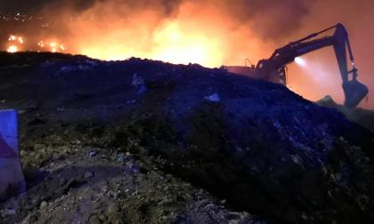 Incendio discarica Mariano: continua il lavoro di spegnimento FOTO