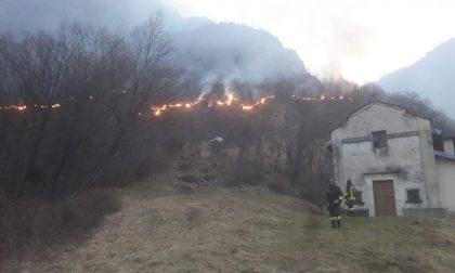 Incendio a Carlazzo: il Monte Pidaggia continua a bruciare FOTO