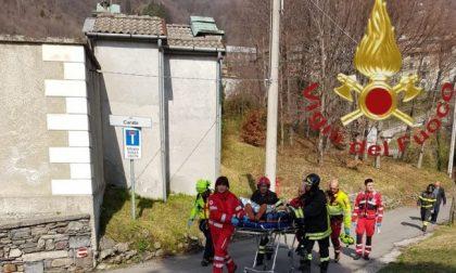 Cade mentre pota un albero, 59enne all'ospedale
