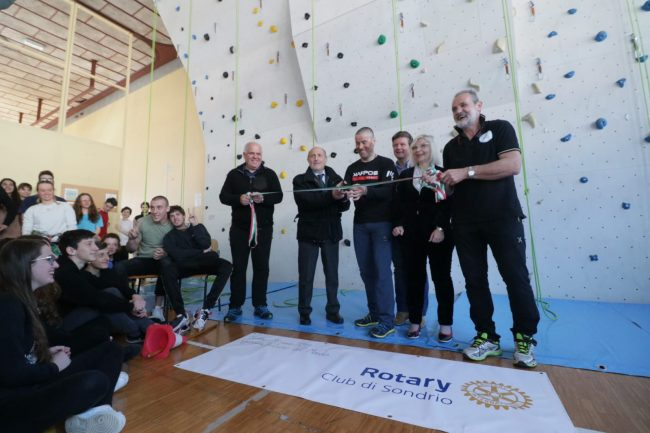 Marco Confortola inaugura la Palestra di Arrampicata del Liceo Donegani