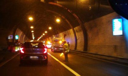 Incidente in galleria lungo la Statale 36, una bimba e una giovane donna all'ospedale