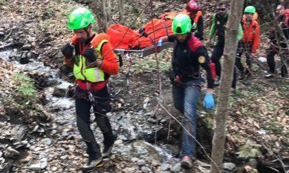 Settantenne precipita per 80 metri nel bosco e muore