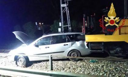 Schianto tra treno e un'auto sui binari
