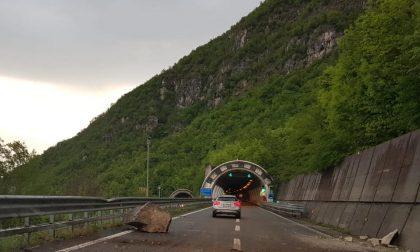 Frana sulla Statale 36, traffico interrotto FOTO