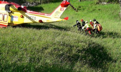 Scontro auto moto a Carlazzo, volo di 8 metri per un centauro: è grave FOTO