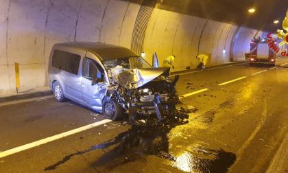 Schianto in galleria: auto contro una ambulanza, 4 feriti