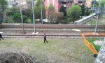 Si sdraia sui binari e aspetta che il treno lo investa, morto 23enne