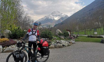 Fa campagna elettorale girando quattro regioni in bicicletta
