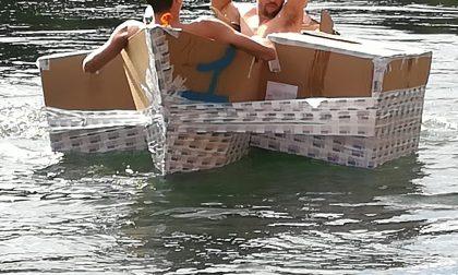 Sfida folle sul Mallero, sul torrente la gara tra barche... di cartone