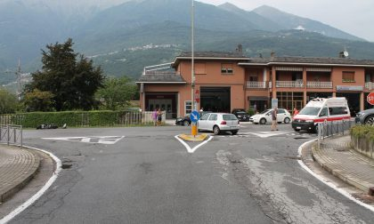 Incidente tra due auto e uno scooter, centauro in ospedale