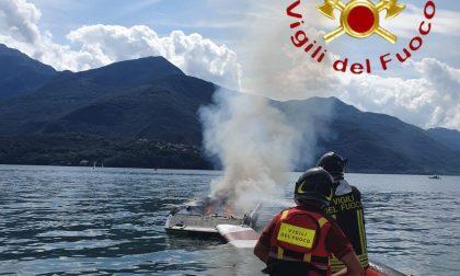 Barca in fiamme: si tuffa nel lago per salvarsi