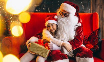 Babbo Natale apre le porte della sua casa magica