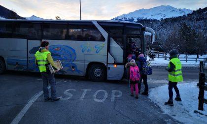 Genitori presidiano la fermata scuolabus di Fior D'Alpe