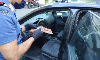 Due giovani presi con la droga nascosta nelle maniglie dell'auto